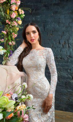 Сногсшибательное свадебное платье облегающего силуэта с белым кружевом на кремовой подкладке.