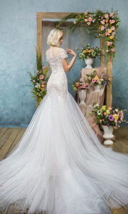 Необычное свадебное платье «русалка» с вставками на юбке и оригинальным кружевом по верху.