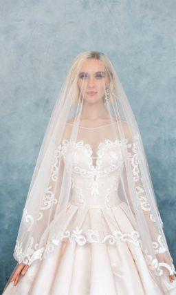 Сияющее свадебное платье пышного кроя с потрясающим декором и вертикальными складками на юбке.