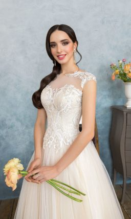 Кремовое свадебное платье очаровательного пышного силуэта с кружевным декором верха.
