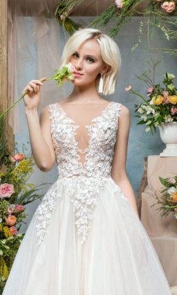 Свадебное платье с эффектным V-образным вырезом с вставкой и пышным силуэтом.