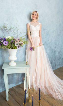 Романтичное свадебное платье с белым кружевным корсетом и многослойной кремовой юбкой.