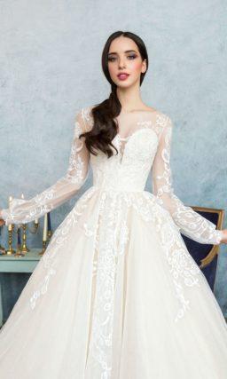 Изысканное свадебное платье пышного кроя с длинным рукавом и романтичным декором.