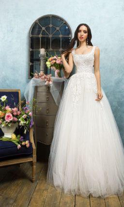 Свадебное платье с элегантным вырезом с узкими бретелями и многослойной пышной юбкой.