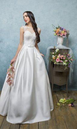 Пышное свадебное платье с атласной юбкой и элегантным закрытым лифом без рукавов.