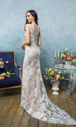 Бежевое свадебное платье облегающего кроя с закрытым лифом и отделкой крупным кружевом.
