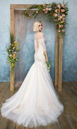 Закрытое свадебное платье «русалка» с ажурной отделкой и длинным полупрозрачным рукавом.
