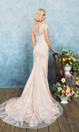Великолепное свадебное платье пудрового цвета с облегающим кроем и разрезом на юбке.