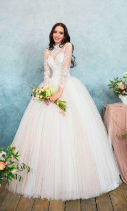 Закрытое свадебное платье с длинным кружевным рукавом и многослойной розовой юбкой.
