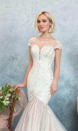 Фактурное свадебное платье «русалка» с коротким рукавом и розовой многослойной юбкой.