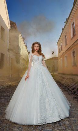 Очаровательное свадебное платье традиционного пышного кроя с эффектным кружевным декором.