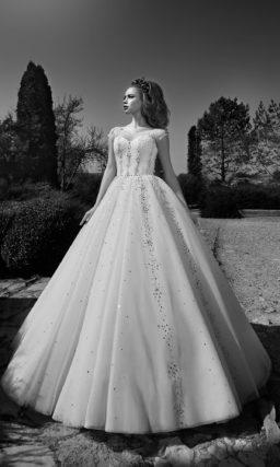 Сверкающее свадебное платье с юбкой А-силуэта и корсетом с элегантным округлым вырезом.
