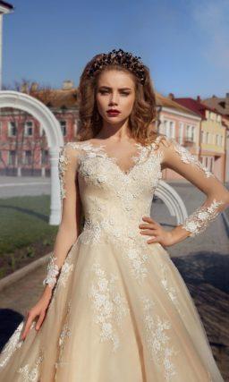Бежевое свадебное платье «принцесса» с тонким рукавом и объемной отделкой из белого кружева.