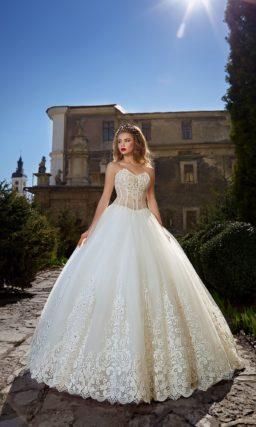 Роскошное свадебное платье пышного кроя с кружевом по низу подола и ажурным корсетом.