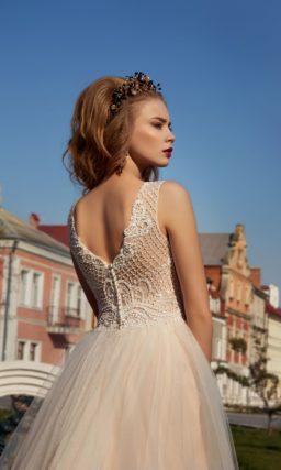 Кремовое свадебное платье с вышивкой по корсету и многослойной юбкой на плотной подкладке.