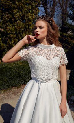 Атласное свадебное платье «принцесса» с округлым вырезом и коротким кружевным рукавом.