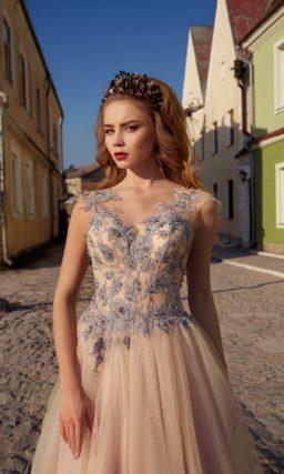 Пудровое свадебное платье с деликатной многослойной юбкой и лиловым декором по верху.