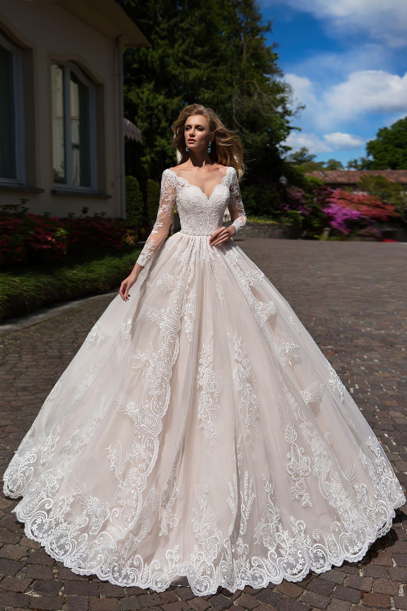 f785dddca07c042 Чувственное свадебное платье цвета слоновой кости с впечатляющим фигурным  декольте.
