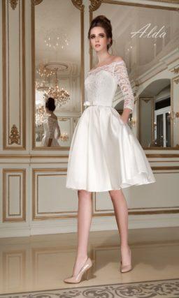 Короткое свадебное платье с атласной юбкой и роскошным портретным декольте с кружевным краем.