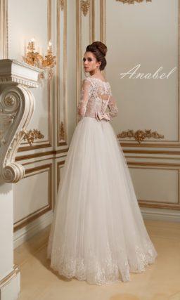 Изысканное свадебное платье с белоснежной пышной юбкой и кремовым корсетом с кружевом.