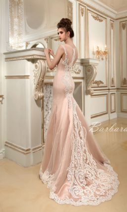 Бежевое свадебное платье «русалка» с романтичным открытым лифом и белым кружевным декором.