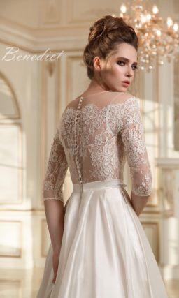 Свадебное платье с атласной юбкой А-силуэта и женственным кружевным верхом с длинным рукавом.