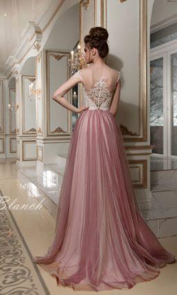 Оригинальное свадебное платье с белым кружевным лифом и фиолетовой пышной юбкой.