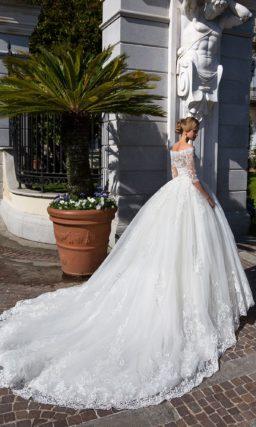 Свадебное платье с портретным декольте, длинным рукавом и воздушной пышной юбкой.