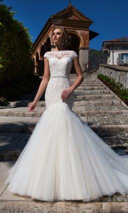 Облегающее свадебное платье с роскошной юбкой «русалка» и нежным кружевным декором.