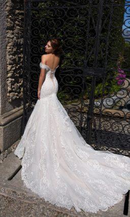 Открытое свадебное платье «русалка» с элегантными бретелями, опущенными на предплечья.
