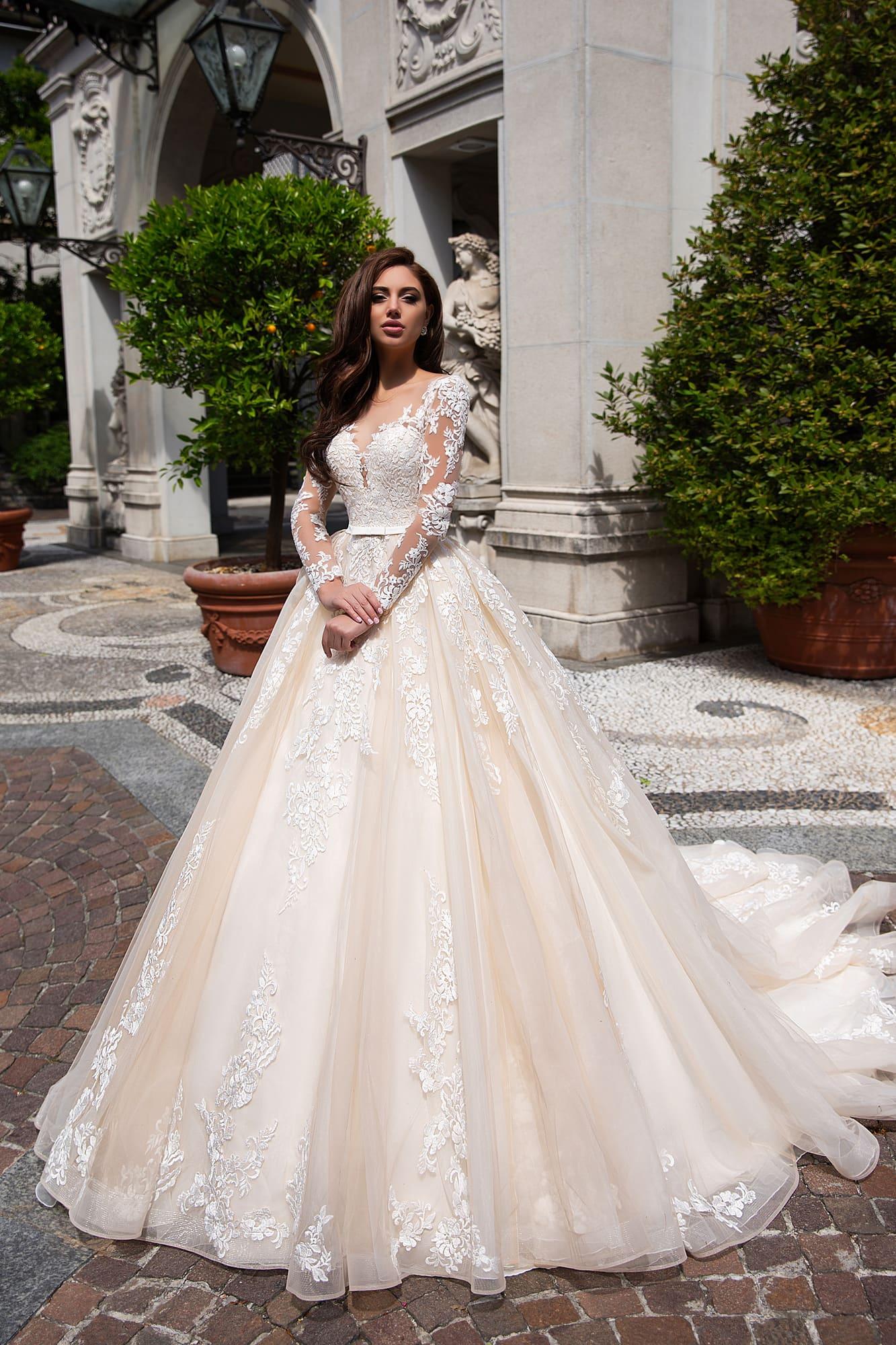 f13a4d47e05 Пышное свадебное платье с юбкой в персиковых тонах и элегантным длинным  рукавом.