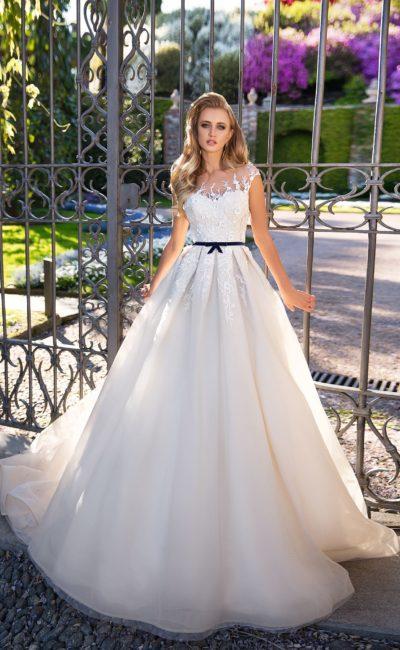 Свадебное платье с черным поясом