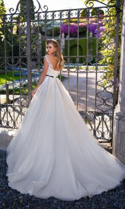 Свадебное платье с узким черным поясом и мелкой кружевной отделкой лифа.