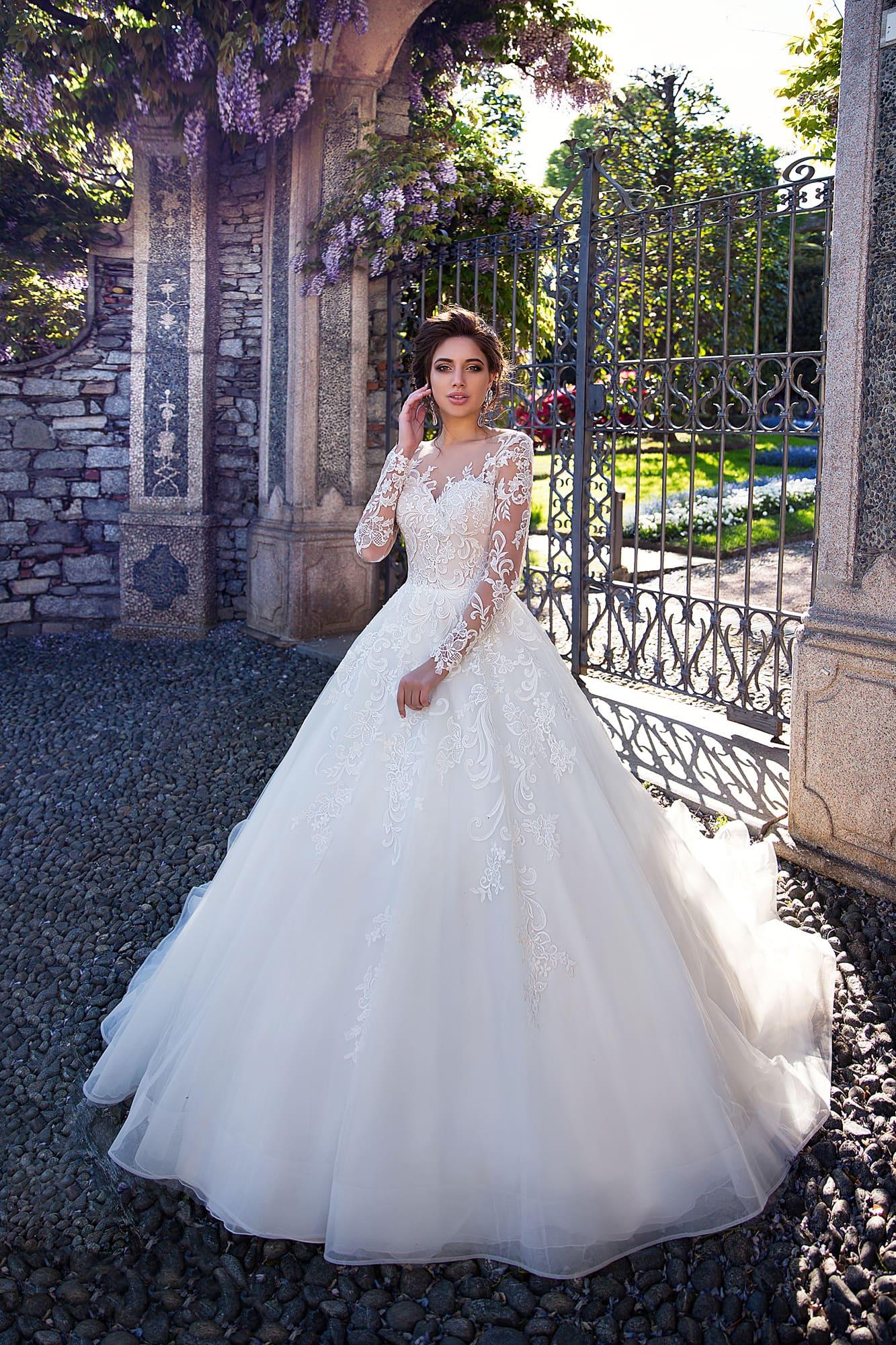 ded2e9e29 Роскошное свадебное платье с пышной юбкой, украшенной кружевом и шлейфом  сзади.