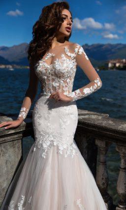 Свадебное платье «рыбка» с невероятно длинным шлейфом и кружевным декором верха.
