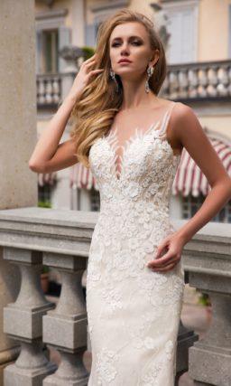 Элегантное свадебное платье облегающего кроя на атласной подкладке, покрытое кружевом.