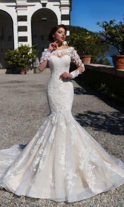 Облегающее свадебное платье «русалка» с длинным полупрозрачным рукавом и стильным декором.