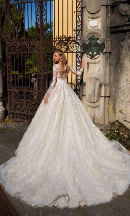 Нежное свадебное платье с царственным силуэтом и эффектным вырезом под тонкой вставкой.