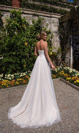 Изысканное свадебное платье с лифом-сердечком и многослойной юбкой со складками.