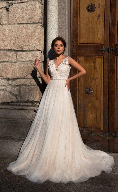 Женственное свадебное платье А-кроя с кремовым оттенком и V-образным декольте.