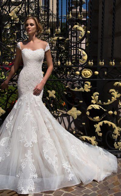 Фактурное свадебное платье «рыбка» с приспущенными с плеч широкими бретельками.