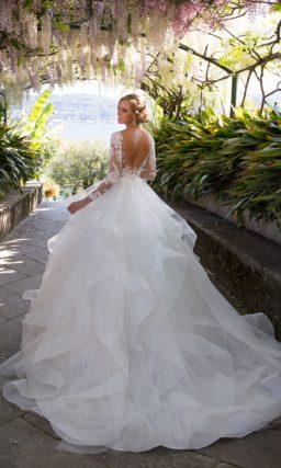Невесомое свадебное платье с пышной многоярусной юбкой и облегающим кружевным верхом.
