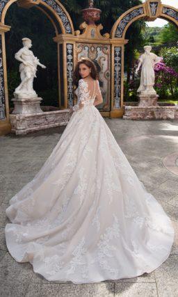 Свадебное платье цвета слоновой кости с традиционным силуэтом «принцесса» и рукавом.