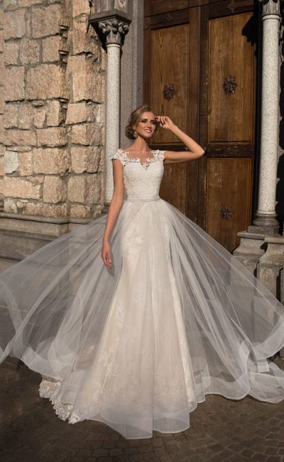 Свадебное платье с верхней юбкой