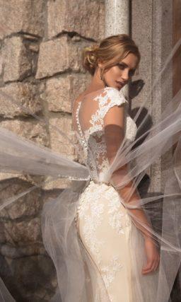 Прямое свадебное платье цвета слоновой кости с необычной тонкой верхней юбкой.