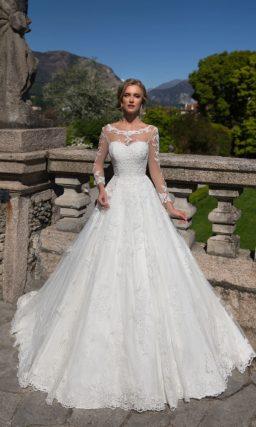 Кружевное свадебное платье А-силуэта с полупрозрачной вставкой над открытым декольте.