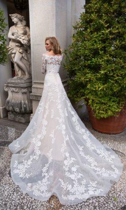 Кремовое свадебное платье с портретным вырезом и фиолетовым поясом на талии.