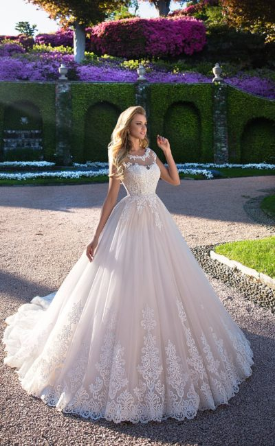 Эффектное свадебное платье «принцесса» без рукава, покрытое плотной кружевной отделкой.