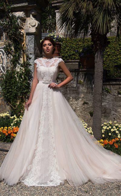 Необычное свадебное платье пудровых тонов с юбкой сложного кроя и длинным шлейфом.