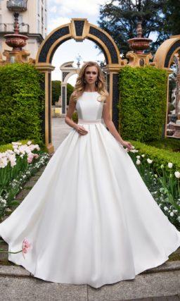 Утонченное свадебное платье из роскошного сияющего атласа, с лаконичным закрытым верхом.